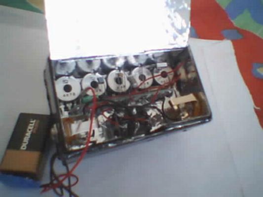 mạch hiệu ứng guitar trong một hộp kim loại đơn giản